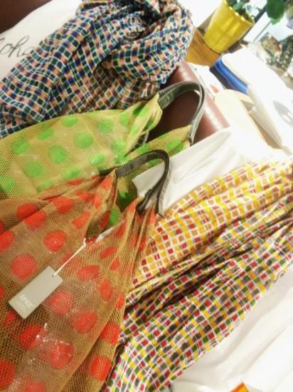 EPICE ストールとネットのバッグのコーディネート。 フランス,雑貨,綿麻素材ストール,バッグ,